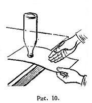 Положите листок бумаги на край стола
